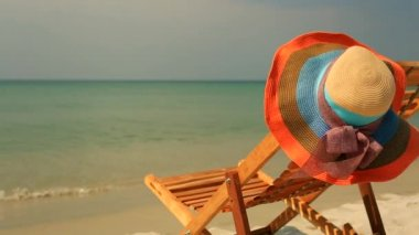 Sunlounger with hat — Stock Video