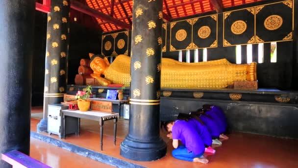 Templo de Wat chedi luang — Vídeo de stock