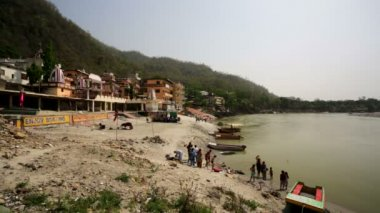 View of Rishikesh city and the Ganges river — Stock Video