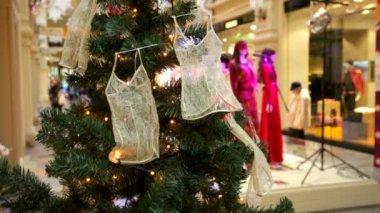 Árvore de Natal decorada com camisolas pequeno — Vídeo stock