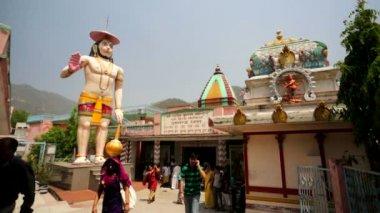 People visiting hindu temple — Stock Video