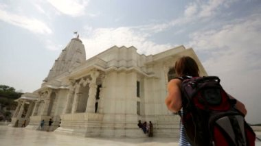 Male backpacker visit Birla Mandir — Stock Video
