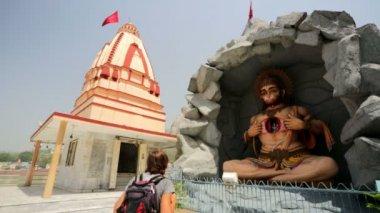 Man visiting Hanuman statue — Stock Video