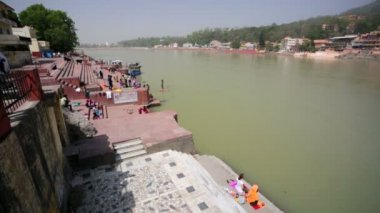People on ghat of  river Ganges — Stock Video