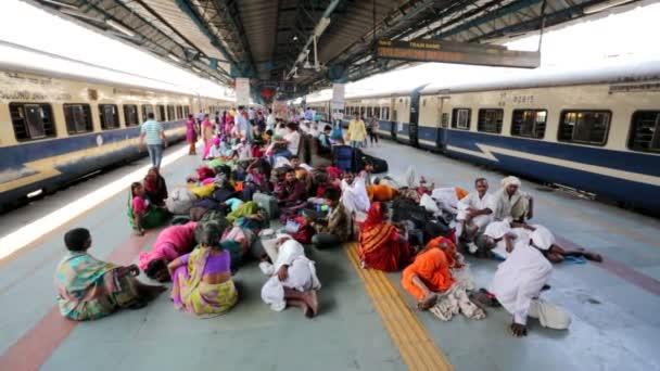 Personas en la estación de ferrocarril de thei. — Vídeo de stock