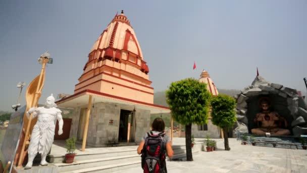 Man visiting Hanuman statue — Vidéo