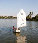 мальчик в парусной лодке — Стоковое фото