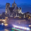 France, Paris, illuminé Notre-Dame de Paris vu de la Seine un — Photo #68681637