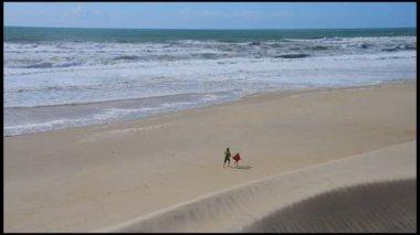 Moře, písek a duny-lidé hrají a procházky na pláži — Stock video