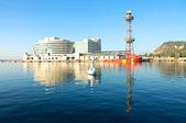 Рассмотрите к порту круиза Барселоны со всемирным торговым центром Барселона — Стоковое фото