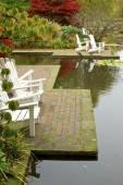 садовые стулья в водоеме в городском парке гамбург — Стоковое фото