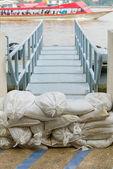 Białe worki z piaskiem powodzi obrony. — Zdjęcie stockowe