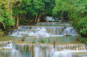 Водопад в джунглях глубоких тропических лесов (Хуай Мэй kamin водопад я — Стоковое фото