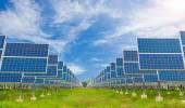 Elektrárna využívání obnovitelné solární energie s modrou oblohou — Stock fotografie