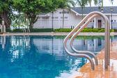 蓝色的泳池,在楼梯的酒店 — 图库照片