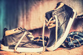 Men's sneakers in the dust on the asphalt — Foto Stock