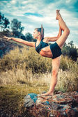 Sports girl doing exercises on the banks of rivers — Foto de Stock