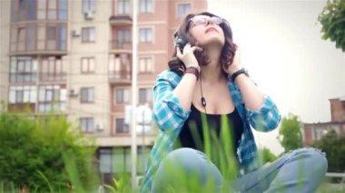 Beautiful girl listening to music on stereo headphones — Stock Video