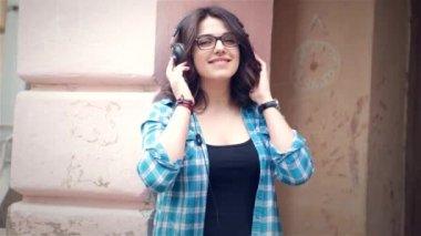 Девушка, слушать музыку в парке — Стоковое видео