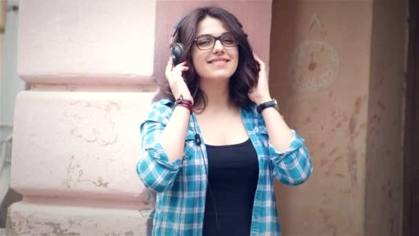 Chica escuchando música en el parque — Vídeo de stock