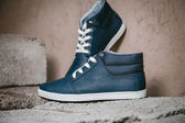 Men's shoes, sneakers on nature — Stock Photo