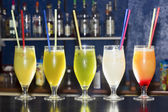 Alcoholic Cocktail Drinks On A Bar — Stockfoto