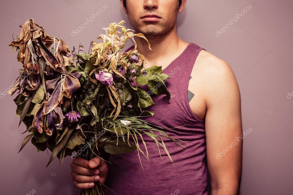 Jeune homme tenant le bouquet de fleurs fan es for Bouquet de fleurs homme