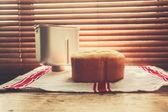 ウィンドウでパンとパン製造刃物 — ストック写真