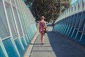 Young woman walking in the street — Foto de Stock