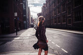 Ung kvinna vandrar i gatan — Stockfoto