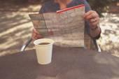 Mulher idosa estudando o mapa e tomando café — Fotografia Stock