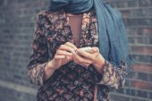 Young woman with smart phone in the street — Stockfoto