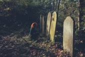 Grieving woman by grave — Stock Photo