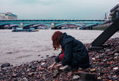 Young woman beachcombing in city — Stock Photo