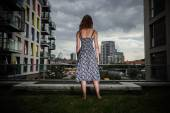 Young woman looking at city — Stock Photo