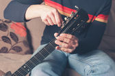 Man tuning guitar — Stock Photo