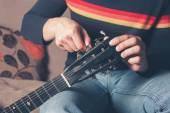 Man tuning guitar — Stockfoto