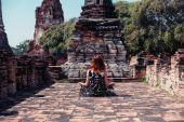 Donna che meditating in antiche rovine — Foto Stock