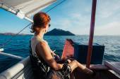 Vrouw op boot nadert tropisch eiland — Stockfoto