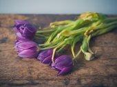 Flores muertas sobre mesa de madera — Foto de Stock