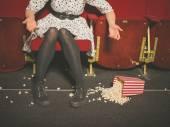 Mulher derramando sua pipoca no cinema — Fotografia Stock