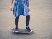 Young woman skateboarding in the park — Stock Photo