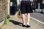 Kvinna i kjol gångavstånd gatan — Stockfoto