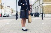 Kvinna som står på gatan med hand i fickan — Stockfoto