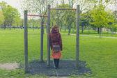 Женщина в парке, вырывать бары — Стоковое фото