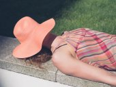 Young woman with hat relaxing outside — Stock Photo