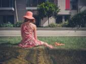 Jovem mulher relaxante fora de bloco de apartamento — Fotografia Stock