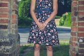 Junge Frau in einem Kleid Ruf von Mauer außerhalb — Stockfoto
