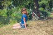 Jeune femme détente par l'eau dans le parc — Photo
