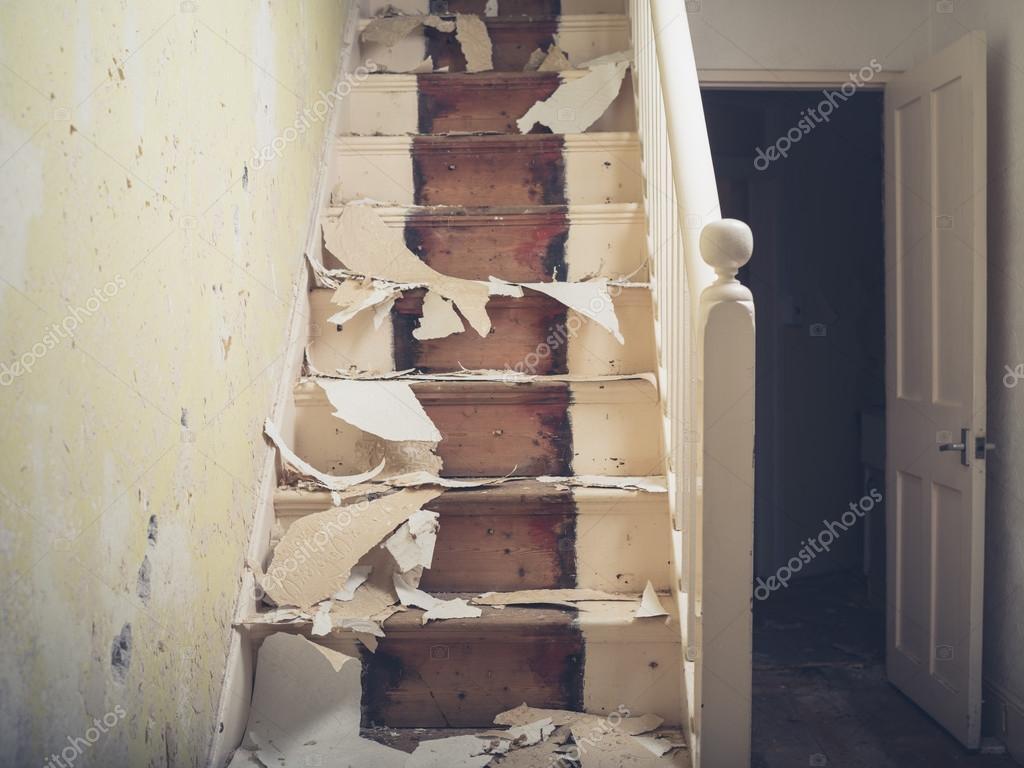 Trappa med bitar av tapeter — stockfotografi © lofilolo #96085820